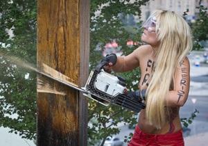 Фотогалерея: Вот вам крест. FEMEN в знак поддержки Pussy Riot спилили деревянный крест на Майдане