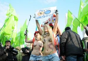 Активистки женского движения FEMEN провели в центре Киева акцию Мочи паразитов!