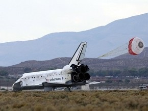 Шаттл Discovery приземлился на авиабазе в Калифорнии