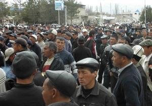 В Бишкеке сторонники оппозиции прорвали оцепление и захватили машины ОМОНа
