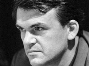 Милан Кундера требует извинений от журнала, обвинившего его в доносе