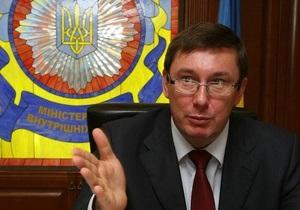Луценко попросил Кабмин выделить деньги на покупку 30 тысяч машин для милиционеров