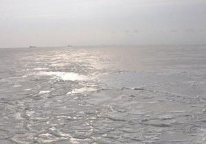 Одессит провалился под лед в полутора километрах от пляжа Ланжерон