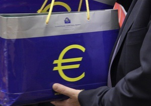 Евро возвращается к годовым максимумам на межбанке
