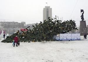 Во Владивостоке упала новогодняя елка стоимостью более пяти миллионов рублей