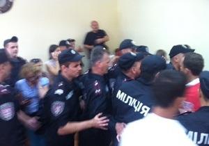 Во время драки с депутатами в Печерском суде пострадали два милиционера