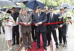 Фотогалерея: Совет да любовь. Янукович открыл Дворец Счастья в Луганске