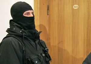 Силовики проводят обыск в квартире бывшего главного бухгалтера компании ЕЭСУ