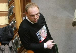 Эксперты и политики критикуют лишение депутатского мандата защитника Юлии Тимошенко