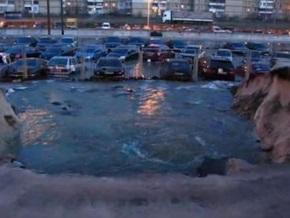 В Киеве автостоянка ушла под воду