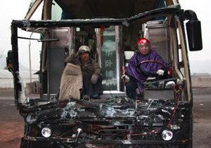 В Китае полиция остановила на дороге практически разрушенный в аварии автобус