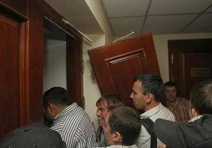 Свободовцы выломали дверь в зал заседаний Киевсовета