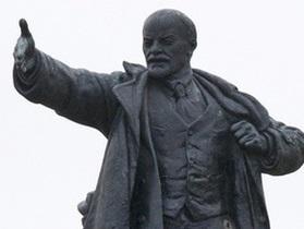 В Сумской области активисты Свободы снесли памятник Ленину