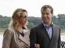 В ходе рабочего отпуска Медведев попробовал настойку на мышиных хвостиках