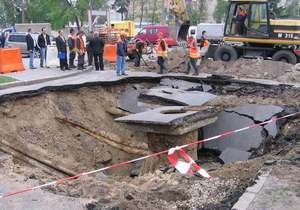 На одной из улиц в Дарницком районе Киева из-за дождя провалился асфальт