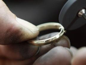 Отряд спасателей снял кольцо с пальца киевлянки