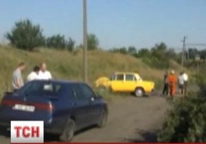 В Никополе водитель автомобиля протащил на капоте милиционера, пытавшегося его задержать