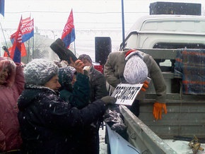 В Донецке чучело Ющенко забросали ботинками