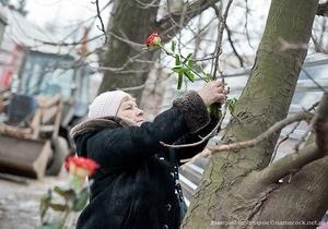 Харьковские сторонницы Тимошенко украсили дерево возле колонии розами