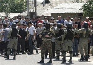 СМИ: В Джалал-Абаде демонстранты взяли в заложники и.о. министра обороны Кыргызстана