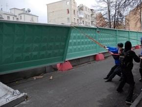 В Киеве за уничтожение строительного забора судят переводчицу-активистку