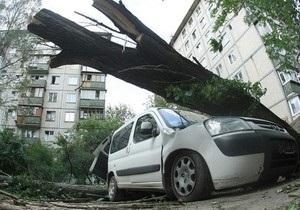 Стихия не покидает Киев: ураган повалил десятки деревьев, семь человек получили травмы