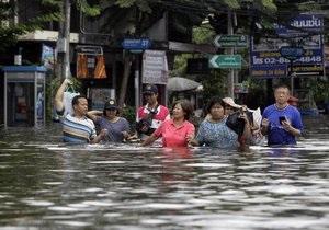 Бангкок полностью уходит под воду: наводнение прорвало дамбу