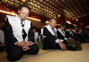 Японские бизнесмены в храме попросили богатства и процветания на 2011 год