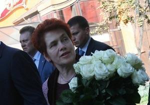 Донецкий губернатор подарил жене Януковича картину