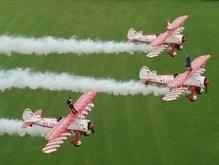 В Британии пара сочеталась браком на крыльях самолетов в небе