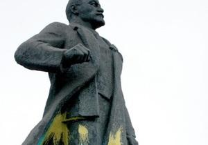 В Мариуполе неизвестные облили два памятника Ленину синей и желтой краской