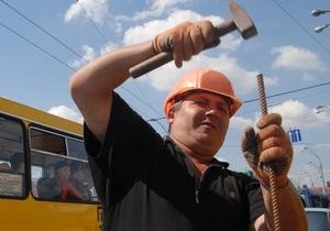 Мэрия призывает киевлян сообщать о ямах и трещинах на дорогах столицы