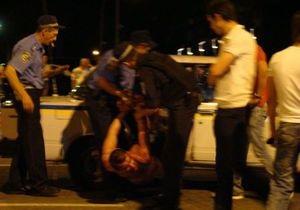 Пьяный житель Запорожья дважды попал под машину, после чего попытался скрыться, избив врача скорой помощи