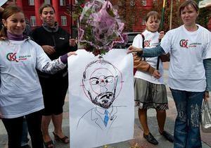В Киеве соревновались, кто лучше попадет цветами в карикатуру Табачника