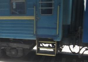 В Полтавской области при попытке пролезть по путям под поездом погиб человек