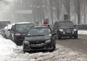 Ночной снегопад ухудшил дорожную ситуацию в Киеве