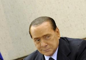 Пользователи Twitter использовали большие экраны в здании саммита ЕС, чтобы написать о Берлускони