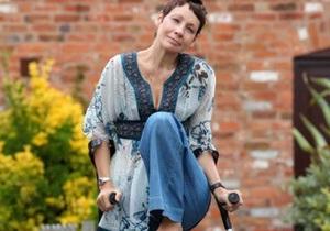 Британка, страдающая редкой болезнью, три года передвигалась на одной ноге