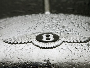 На британской ярмарке ненужных вещей пара продала одежду с капота Bentley