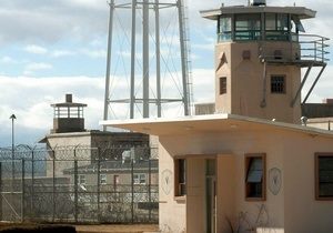 Американец на выходе из тюрьмы украл деньги у только что прибывшего заключенного
