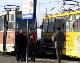 В Луганске два трамвая раздавили автомобиль
