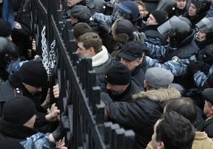 Фотогалерея: Забор правосудия. Сторонники Тимошенко вновь попытались прорваться на территорию суда