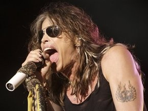 Солист Aerosmith упал со сцены во время концерта