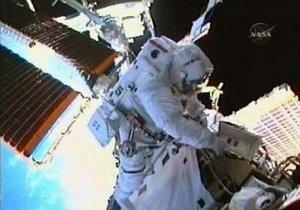 Астронавты Atlantis в открытом космосе чинили видеокамеру шаттла