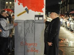 Во время празднования 20-летия падения Берлинской стены Лех Валенса повредил позвоночник