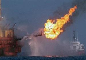 В районе аварии на буровой платформе распространяется нефтяная пленка