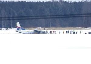 В Эстонии грузовой самолет совершил аварийную посадку на замерзшее озеро