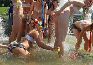Фотогалерея: Нет воды в кране - моюсь на Майдане. Активистки FEMEN искупались в центре Киева