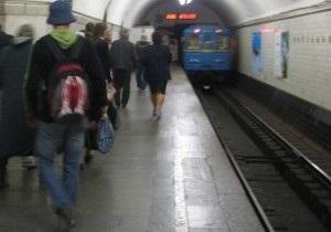 На станции метро Крещатик пожилая женщина упала на рельсы