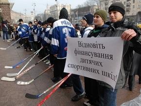 Под стенами Киевсовета дети провели открытый урок по хоккею и фигурному катанию